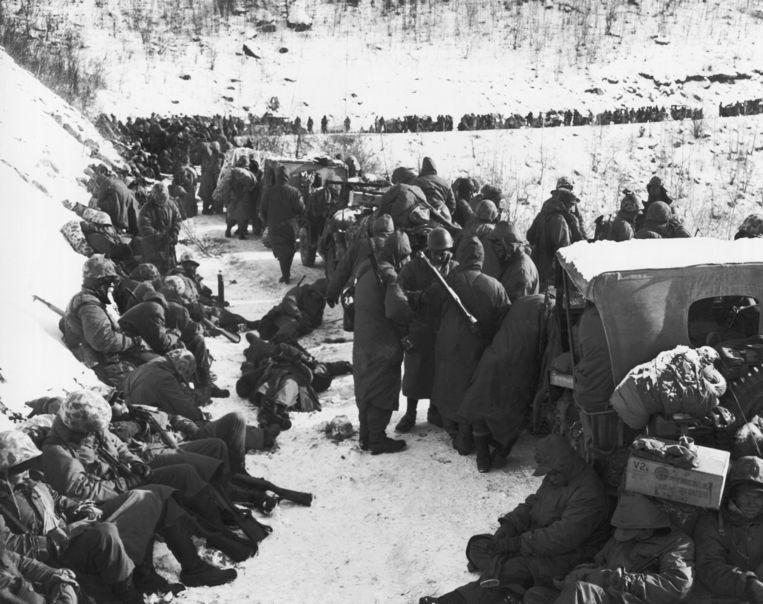 Amerikaanse militairen maken zich op voor de terugtrekking na de slag bij het Chosin-stuwmeer, hoewel ze drie Chinese divisies hebben tegengehouden. Beeld Getty Images