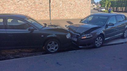 Automobiliste mist bocht en knalt frontaal op tegenligger