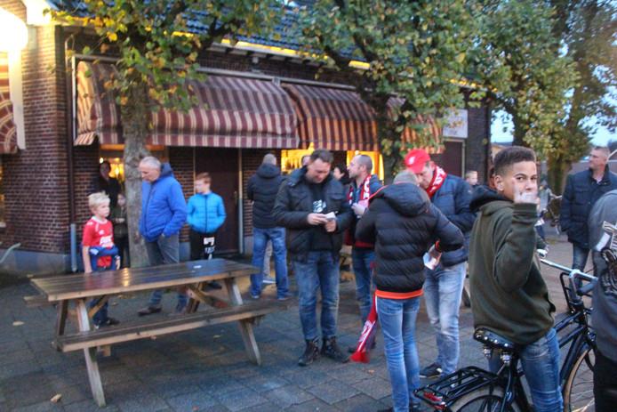 Verzamelde fans voor Cafe De Beuk/Tijink.