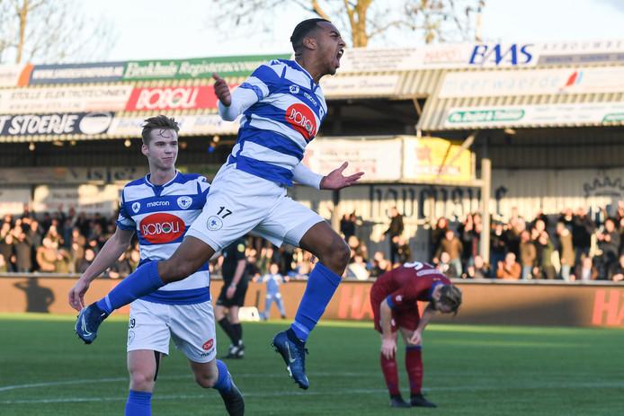 Kevin Sterling van SV Spakenburg viert zijn doelpunt.