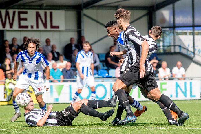 Beeld uit de wedstrijd in de derde divisie tussen VV Gemert en FC Lienden. Lienden stopt met het zondagteam