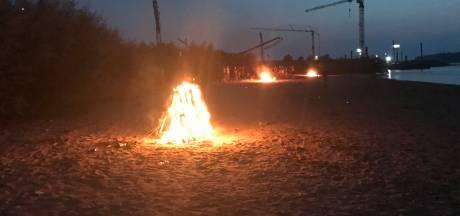 Politie laat jongeren in Druten zelf vuurtjes op Waalstrand doven, op last van boete