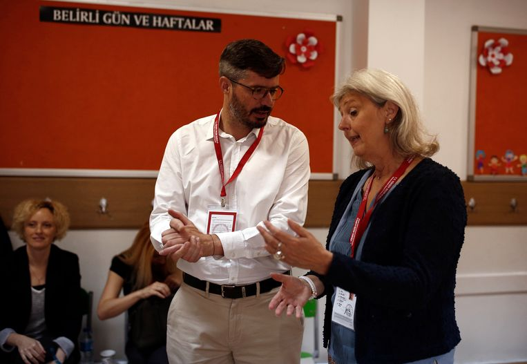 Officiële OSCE-waarnemers bij de Turkse verkiezingen in een stembureau in een schooltje in Ankara. Bij de presidents- en parlementsverkiezingen in Turkije zijn drie Duitsers opgepakt. Ze waren door de pro-Koerdische oppositiepartij HDP uitgenodigd als onofficiële waarnemers bij de stembusgang.