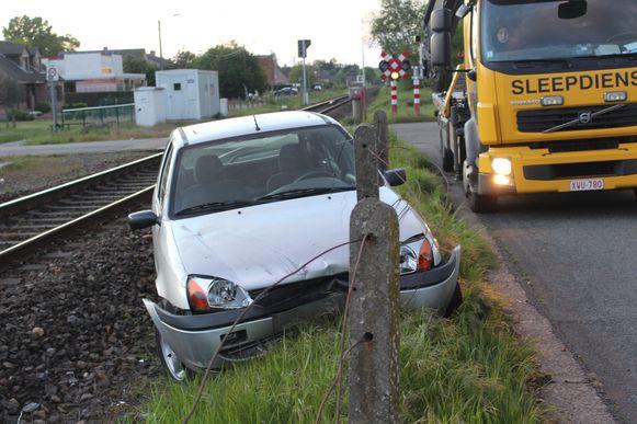 De wagen belandde net naast de spoorrails