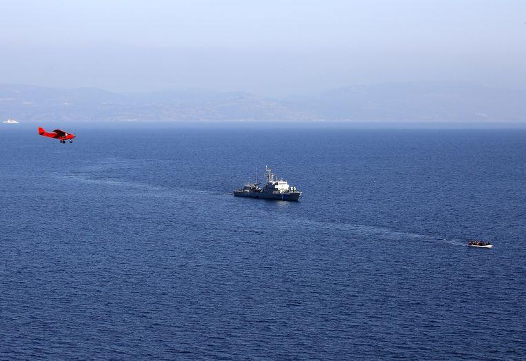 Geregeld steken migranten in gammele bootjes vanuit Turkije de Egeïsche zee over om via Griekenland Europa te bereiken.  Beeld REUTERS