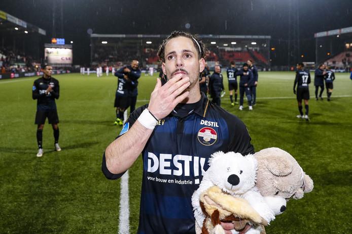Fran Sol ontving na de wedstrijd knuffels voor zijn pasgeboren kind.