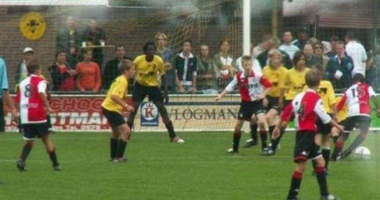 Lukaku als prille tiener in het shirt van Lierse tijdens een toernooi in Nederland tegen Feyenoord. Als laatste man verdedigt hij de voorsprong.