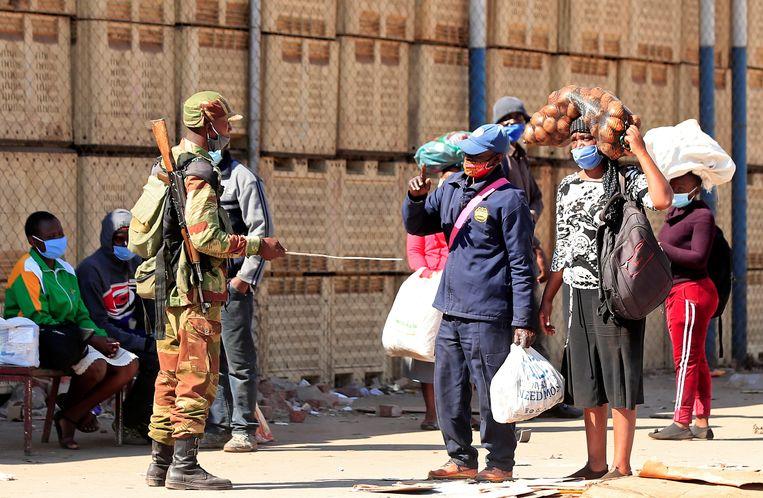Een militair controleert in Harare inwoners van de hoofdstad van Zimbabwe in de aanloop naar de anti-regeringsdemonstratie van vrijdag 31 juli. Beeld REUTERS