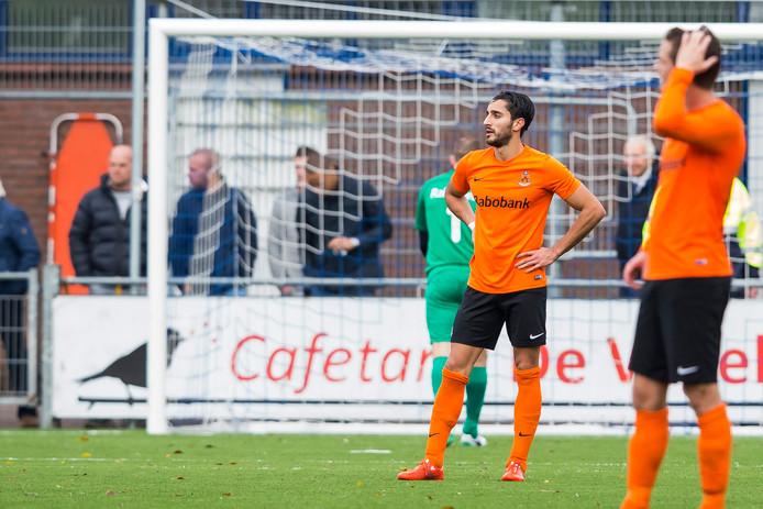 HHC Hardenberg-speler Hamid Zarbaf (m) baalt na een tegendoelpunt van Lienden.