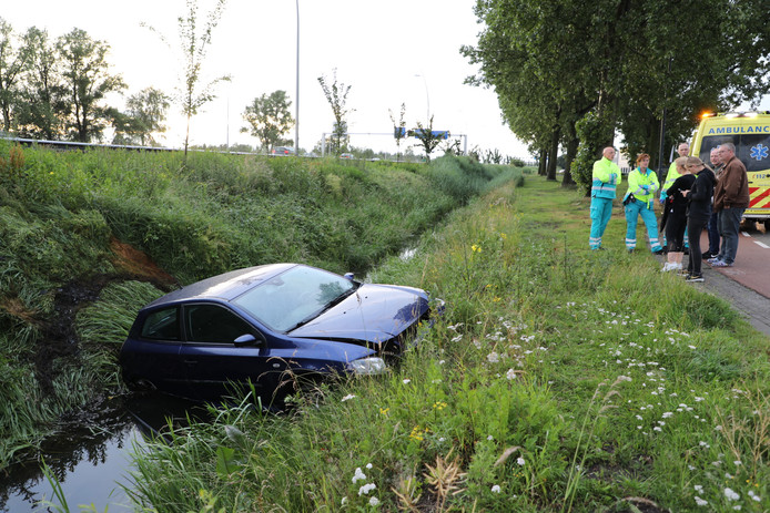 Auto in sloot beland, bestuurder spoorloos.