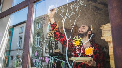 """Creatieve Gentenaars maken 'quarantekeningen' op ramen van burgers en lokale middenstand: """"Fietsers en wandelaars opfleuren met vrolijk straatbeeld"""""""