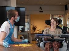 Spelletjes spelen in plaats van eten serveren: horecapersoneel aan de slag in de zorg