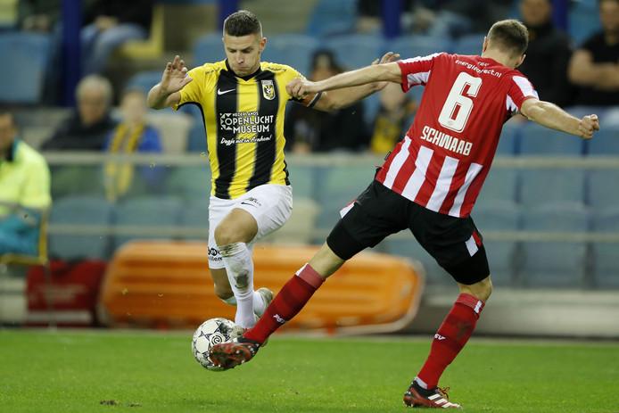 Bryan Linssen is fit en styart daarmee tegen PEC Zwolle.