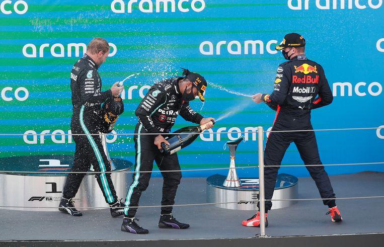 De champagneceremonie na de Grand Prix van Spanje: van links naar rechts Valtteri Bottas, Lewis Hamilton en Max Verstappen.  Beeld Pool via REUTERS