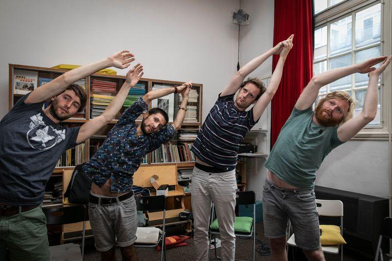 Leden van The Amsterdam Vocals doen hun warming-up. Beeld Dingena Mol