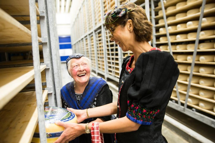 Carla Dik-Faber en Jentje Bonte-Hulst (84) in de zuivelfabriek in Rouveen.