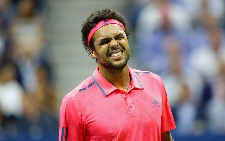 Jo-Wilfried Tsonga verbijt de pijn tijdens de kwartfinale van de US Open tegen Novak Djokovic. Beeld AFP