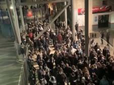 Des centaines de fans carolos attroupés au stade après le match contre le Standard