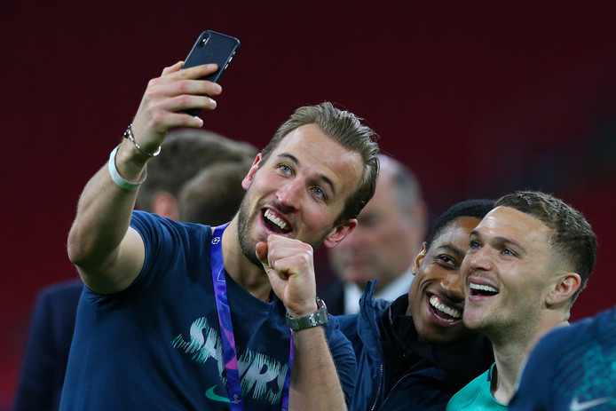 Harry Kane maakt na afloop in de Arena een selfie met zijn ploeggenoten.