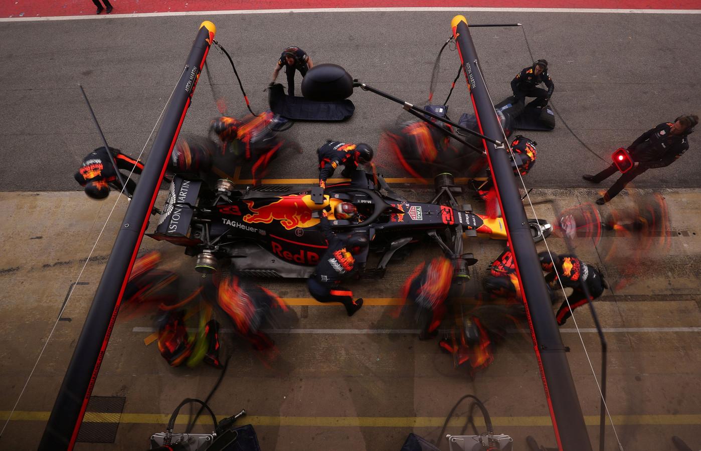 Max Verstappen tijdens een pitstop-oefening.