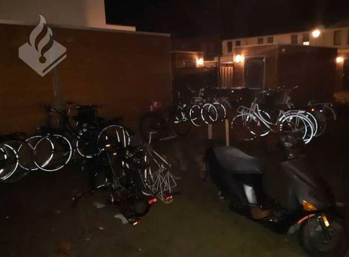 De achtertuin stond vol met (gestolen) fietsen.