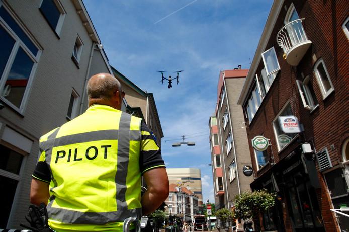 De politie doet in de Korenstraat onderzoek met een drone.