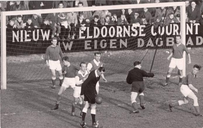 Joop Niezen haast zich terug in zijn doel. AGOVV-ploeggenoot Henk Kanselaar staat links op de doellijn. Rechts Theo Kruitbosch.