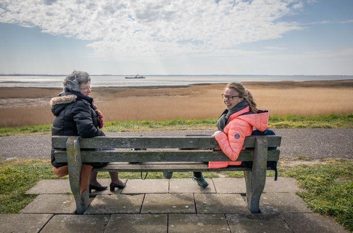 Arina van Hemert met haar moeder Lia op een bankje bij Rilland.