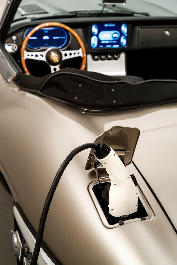 Bij Voitures extravert strippen ze de Porsche 911 volledig voor de ombouw naar elektrisch.