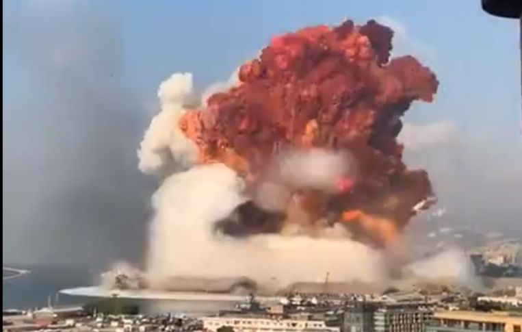 Gigantische ontploffing in Beiroet. Beeld Twitter