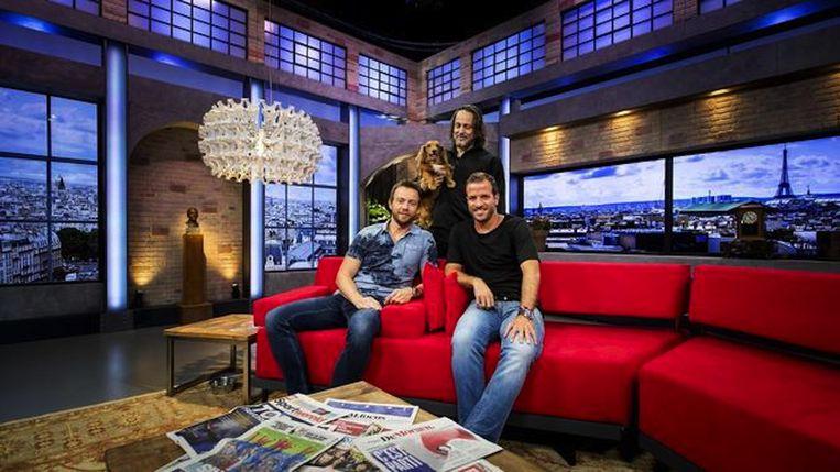 Van der Vaart op de bank van Studio France, geflankeerd door presentator Henry Schut (links) en Hugo Borst (midden) Beeld anp