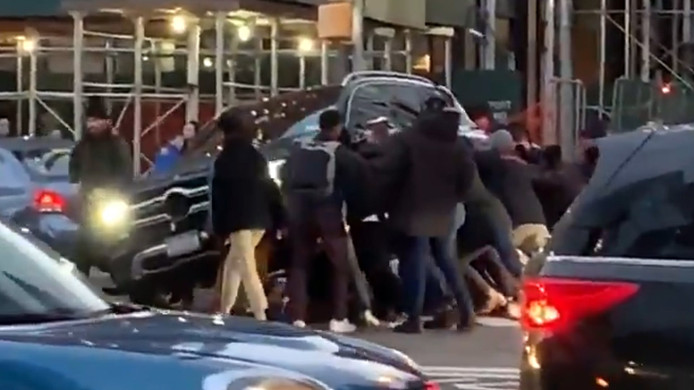New Yorkers redden vrouw van onder SUV