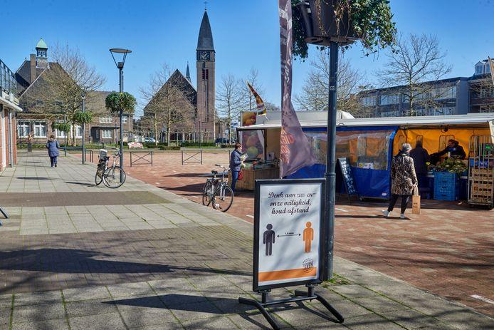 De groente- en fruitkraam op het Sint-Agathaplein in Boekel. Het waarschuwingsbord is van bakkerij Van de Ven.