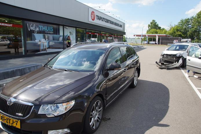 Schade aan twee auto's na een bosting op de parkeerplaats bij de Plus in Waalwijk.