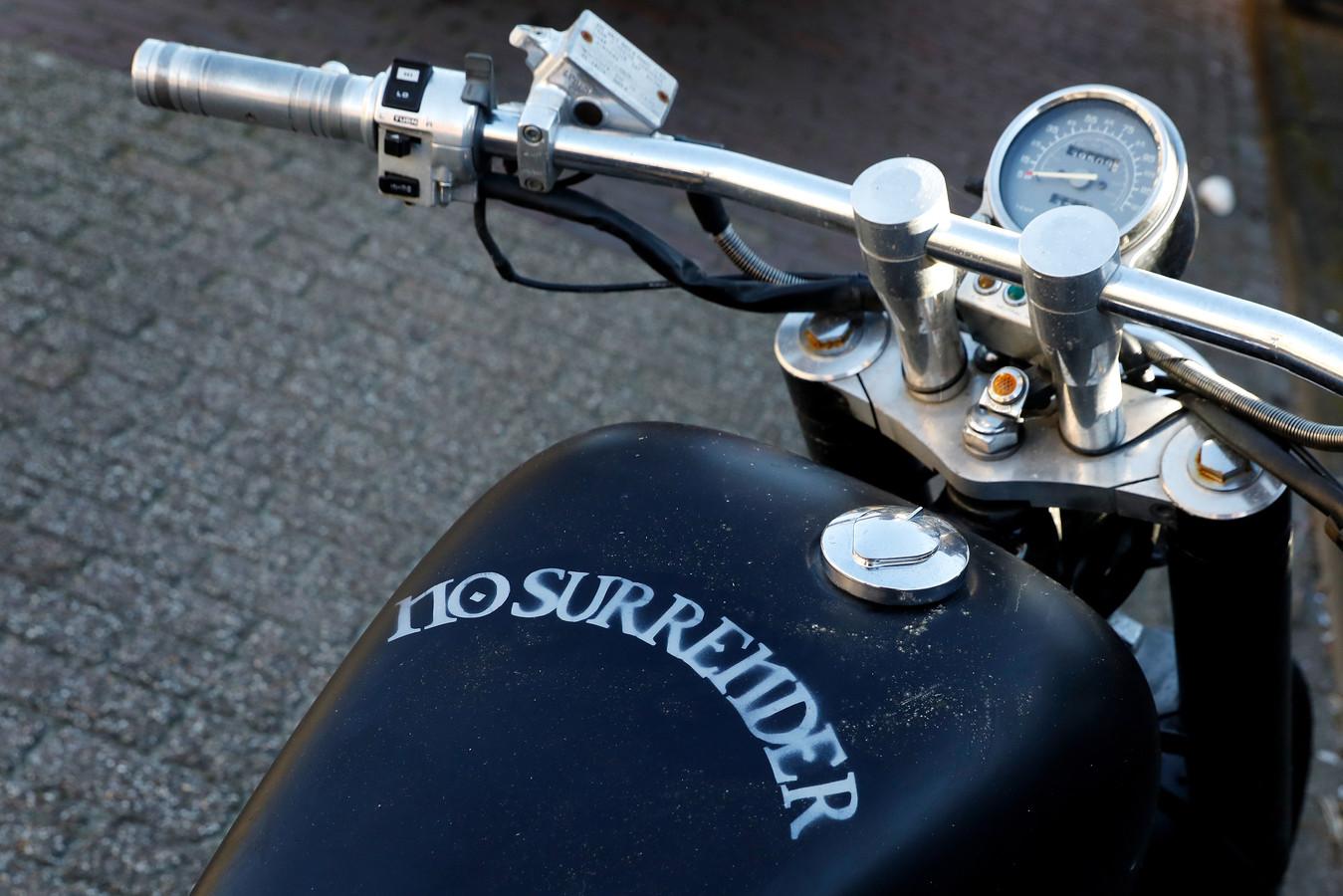 Een tweewieler van motorclub No Surrender.