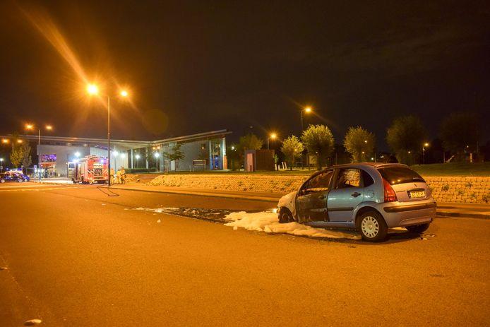 De brandweer kon niet voorkomen dat de auto goeddeels uitbrandde.