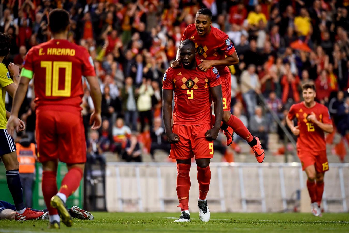 Romelu Lukaku en Youri Tielemans vieren een doelpunt in de EK-kwalificatiewedstrijd tegen Schotland (3-0).