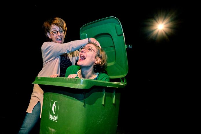 Wilma Verhoef en regisseur Esri Marcus-Kisman (r) zagen bij het samenstellen van de voorstelling Af(ge)val(len) verborgen talenten komen bovendrijven.