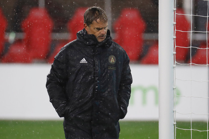 Frank de Boer stapt balend van het veld af na DC United - Atlanta United (2-0) in een regenachtig Washington.