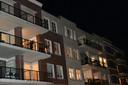 Applaus voor hulpverleners vanaf balkons bij het Zuidplein in Roelofarendsveen.