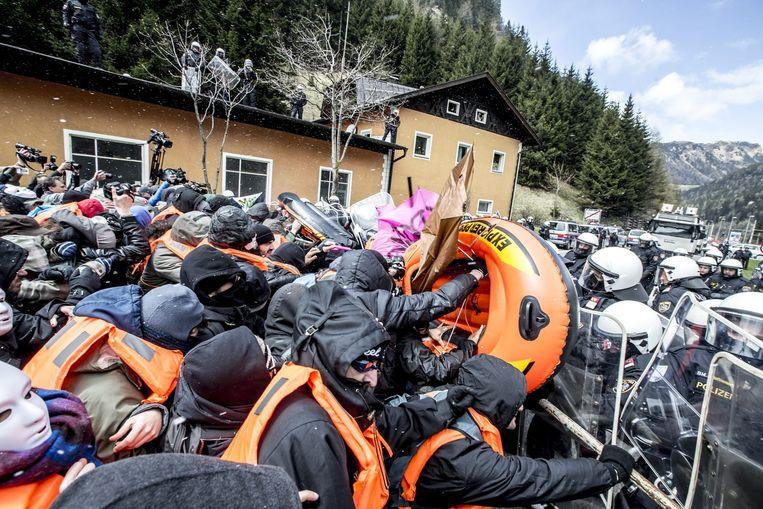 Demonstranten slaags met Oostenrijkse politie. Beeld epa