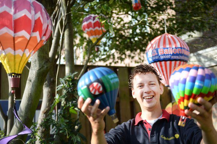 Zelfs de enige boom in zijn achtertuin hangt vol met ballonnen. Gertjan Veldman spaart alles waar een luchtballon op staat.