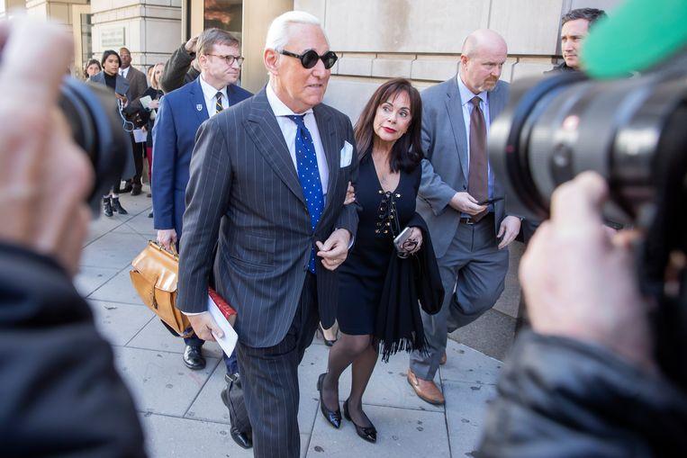 Roger Stone verlaat de rechtbank met zijn vrouw.   Beeld EPA