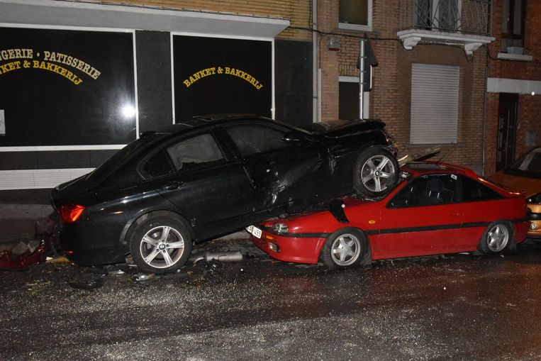 De dronken bestuurder slaagde erin zijn wagen te parkeren op het dak van een andere auto.
