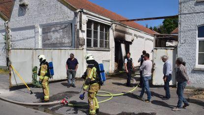 Brandje aan opslagplaats van oud bedrijfsgebouw snel onder controle