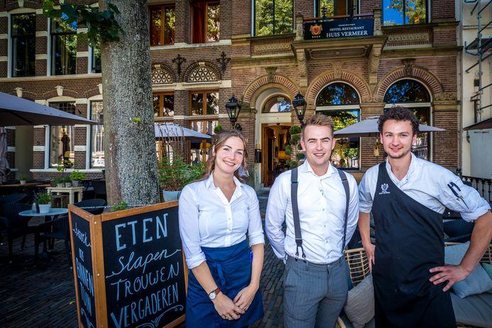 Avalon Wijnen met links van haar eigenaar Timon Bril en chef-kok Nout Schram op het terras van Huis Vermeer in Deventer, dat afgelopen jaar 5de werd in de nationale terrassentest van Misset Horeca.