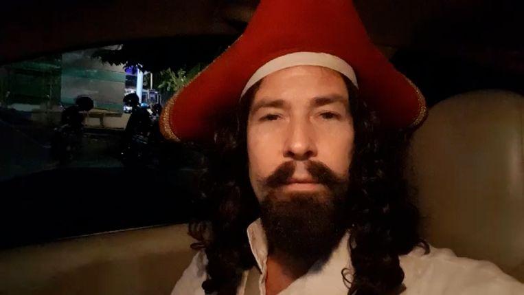 Hans de Kraker in piratenpak.  Beeld