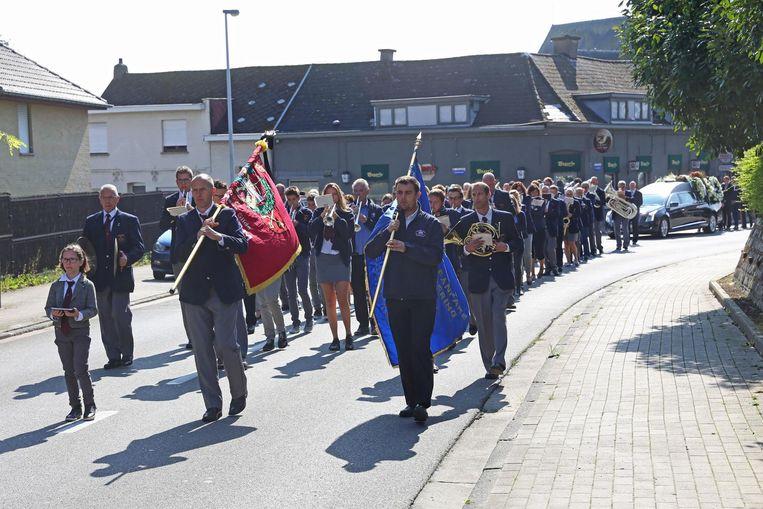 De indrukwekkende rouwstoet voor Jan Verhavert, met de vlaggendragers en muzikanten op kop.