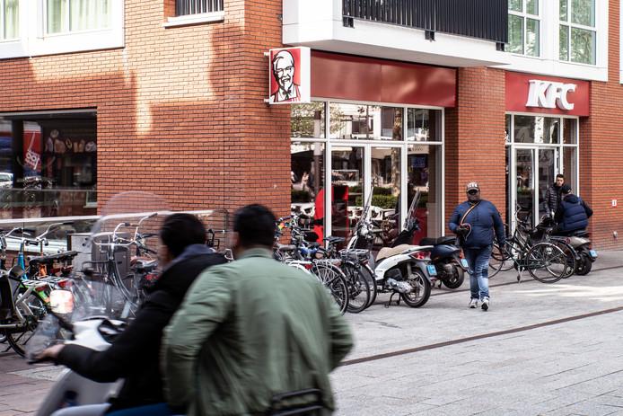 Nijmegen: overlast van hangjongeren op scooters bij KFC Plein 1944