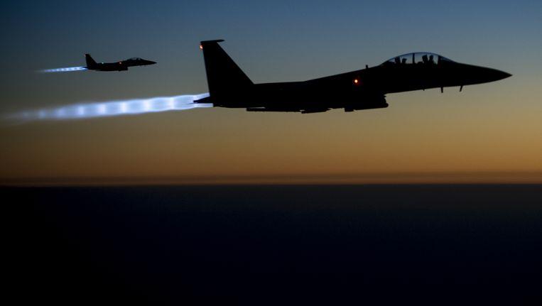 Amerikaanse F-15 Eaglesboven Noord-Irak na bombardementen uitgevoerd te hebben boven Syrië Beeld ap